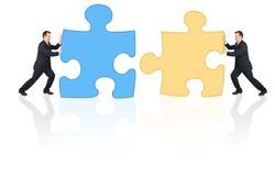 Geschäftsmänner, die Puzzlespielcollage anschließen Stockbild