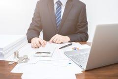 Geschäftsmänner, die Taschenrechner verwenden stockfotos