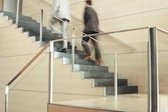 Geschäftsmänner, die Treppe hochschieben Stockfotografie