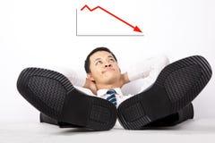 Geschäftsmänner, die unten den Profit betrachten Stockfoto