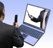 Geschäftsmänner, die unter Verwendung der spätesten Technologie zusammenwirken lizenzfreies stockbild