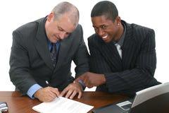 Geschäftsmänner, die Verträge unterzeichnen Stockfoto