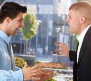 Geschäftsmänner, die vor Büro schreien Stockfotos