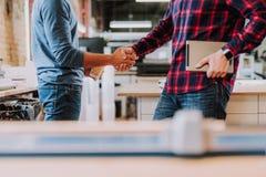 Geschäftsmänner, die zur Einigung nach langen Verhandlungen kommen lizenzfreie stockbilder