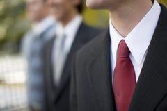 Geschäftsmänner, die zusammen stehen stockfoto