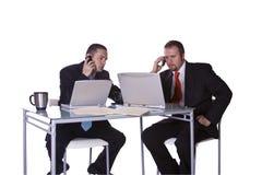 Geschäftsmänner, die zusammenarbeiten Lizenzfreie Stockfotos