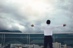 Geschäftsmänner erneuern auf der Firmenplattform stockbilder