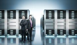 Geschäftsmänner im Serverraum lizenzfreies stockbild