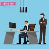 Geschäftsmänner ist, arbeitend sitzend und mit Druck, wenn der Chef in der Rückseite steht und hält ein Auge auf ihm Stockfoto