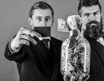 Geschäftsmänner mit dem Glas voll vom Bargeld und von der Kreditkarte, blauer Hintergrund, Abschluss oben, Kopienraum Banker, Fin lizenzfreie stockbilder