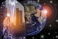 Geschäftsmänner mit Entwicklungs- und Investitionspotential, mit abstrakten Ideen im globalen marke Lizenzfreies Stockfoto