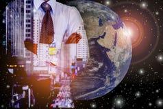 Geschäftsmänner mit Entwicklungs- und Investitionspotential, mit abstrakten Ideen im globalen Markt Lizenzfreie Stockfotos