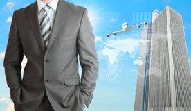 Geschäftsmänner mit Flugzeug, Wolkenkratzern und Welt Stockfoto
