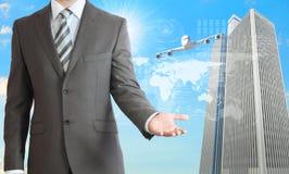 Geschäftsmänner mit Flugzeug, Wolkenkratzern und Welt Lizenzfreie Stockfotografie