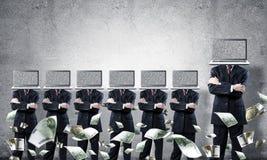 Geschäftsmänner mit Laptops anstelle des Kopfes Stockbilder