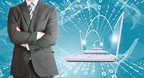 Geschäftsmänner mit Laptops Zahlen als Hintergrund Stockfotos