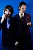 Geschäftsmänner mit Mobiltelefonen lizenzfreie stockfotos