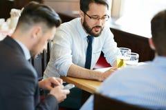 Geschäftsmänner nach der Arbeit Lizenzfreie Stockbilder