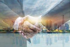 Geschäftsmänner rütteln Hände für das Unternehmen und Vermarkten lizenzfreie stockbilder