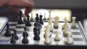 Geschäftsmänner spielen Schach, indem sie einen schwarzen König halten Töten Sie den gegenüberliegenden König Strategien für das  stock video footage
