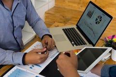 Geschäftsmänner stellen Unternehmenspläne und Marketing dem Chef dar Die goldene Taste oder Erreichen für den Himmel zum Eigenhei lizenzfreie stockfotografie