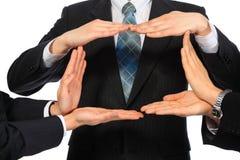 Geschäftsmänner stellen Viereck von den Händen dar stockfotos