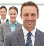 Geschäftsmänner und businesswman zusammen aufwerfen lizenzfreie stockbilder