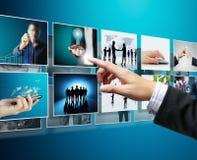 Geschäftsmänner und Erreichen des Bildströmens Lizenzfreie Stockfotos
