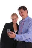 Geschäftsmänner und Geschäftsfraublick im Telefon lizenzfreies stockfoto