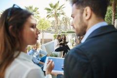 Geschäftsmänner und Geschäftsfrauen, die draußen zusammenarbeiten stockfoto