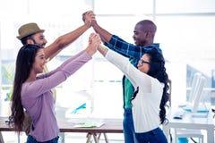 Geschäftsmänner und Geschäftsfrauen, die Gruppenaktivität durchführen stockbild