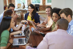 Geschäftsmänner und Geschäftsfrauen, die sich treffen, um Ideen zu besprechen Stockfotos
