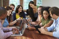 Geschäftsmänner und Geschäftsfrauen, die sich treffen, um Ideen zu besprechen Stockbilder