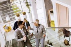 Geschäftsmänner und Geschäftsfrauen, die Treppe in von gehen und nehmen lizenzfreie stockfotos