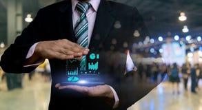 Geschäftsmänner und Investitionsdiagramme finanziell stockfotografie