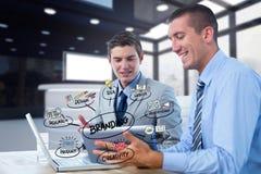 Geschäftsmänner unter Verwendung der Technologien mit Text und Ikonen im Vordergrund Lizenzfreie Stockbilder