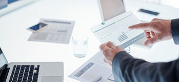Geschäftsmänner unter Verwendung eines Touch Screen Gerätes Stockbilder