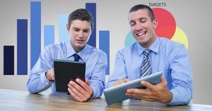 Geschäftsmänner unter Verwendung Tablette PC im Büro Stockfotos