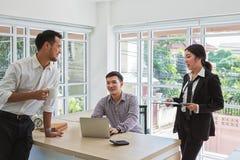 Geschäftsmänner verhandeln über Geschäft Gruppe von Geschäft drei Leute, die das Abkommen besprechen Geschäftsleute während einer stockfoto