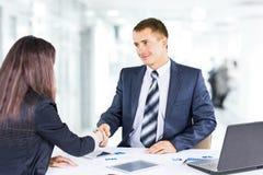 Geschäftsmänner, welche die Politik der Firma besprechen Stockfotos