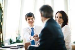 Geschäftsmänner, welche die Politik der Firma besprechen Lizenzfreie Stockfotos