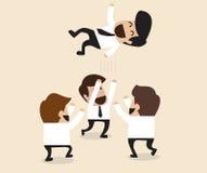 Geschäftsmänner werfen oben Mannschaftskameraden zur Luft für Glückwunsch Lizenzfreie Stockfotografie