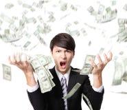 Geschäftsmannärger, der mit Geldregen schreit Lizenzfreie Stockfotos