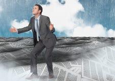 Geschäftsmannöffnung bewaffnet im Meer von Dokumenten unter Himmelwolken Lizenzfreie Stockfotos