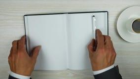 Geschäftsmann öffnet ein Tagebuch auf einer leeren Seite Draufsicht einer Leerseite stock video footage