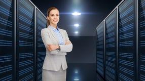 Geschäftsmann über Serverraumhintergrund Stockfotos