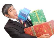 Geschäftsmann überwältigt durch Geschenke lizenzfreies stockfoto