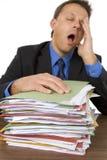 Geschäftsmann überwältigt von Paperwork Stockbild