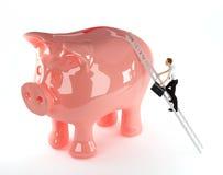 Geschäftsmann 3d, der auf eine piggy Querneigung steigt Lizenzfreie Stockfotografie