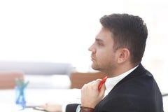Geschäftsmann Adjust Necktie seine Klage Stockfotos